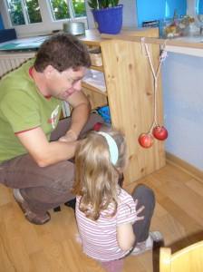 Tochter erklärt ihrem Papa unser Apfelexperiment