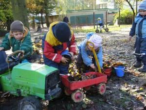In jeder Jahreszeit beteiligen sich die Kinder an den anfallenden Gartenarbeiten